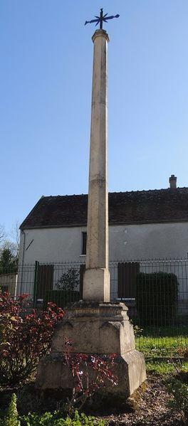 Croix de carrefour de La Brosse-Montceaux, toute petite (30cm maxi ) en haut d'une colonne de peut-être 2m sur un socle de pierre parralèlépipédique lui même sur un piédestal pyramidal à degrés de 70 cm environs en hauteur