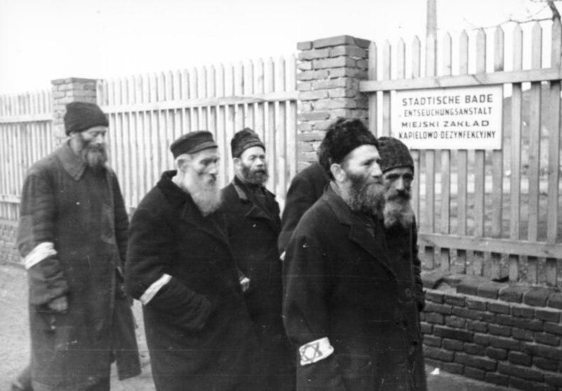Bundesarchiv Bild 101I-030-0795-05A, Polen, Distrikt Radom, Juden vor Badeanstalt
