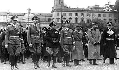Représentants des hiérarchies fascistes italienne et nazie lors des  funérailles du chef de la police italienne Arturo Bocchini, en 1940. d482129b0df0