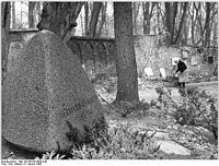 """Bundesarchiv Bild 183-E0108-0008-044, Weimar, """"Neuer Friedhof"""", Hermann Abendroth.jpg"""