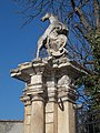 Címertartó unikornis szobra, Zöld kastély, 2019 Aszód.jpg