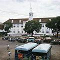 COLLECTIE TROPENMUSEUM Bussen en taxi's op Taman Fatahillah TMnr 20018032.jpg