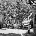 Caféterasje en een voetganger voor een reclamezuil, Bestanddeelnr 254-0794.jpg