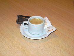 Café expreso, acompañado de azúcar y edulcorante como se suele servir en los bares