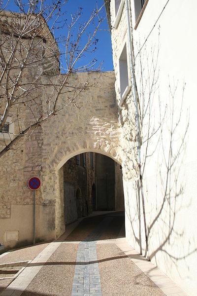 Causses-et-Veyran (Hérault) - porte de la Pompe Neuve, vue de l'extérieur.