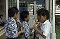 Collectie NMvWereldculturen, TM-20023598, Dia, 'Schoolkinderen rond een telefooncel bij de Istiqlal moskee', fotograaf Jaap de Jonge, 02-1993 - 03-1993.jpg