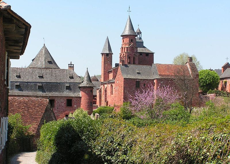 Fichier:Collonges-la-Rouge Castel et église.JPG