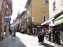 Rue commerçante piétonne à Bourg-Saint-Maurice