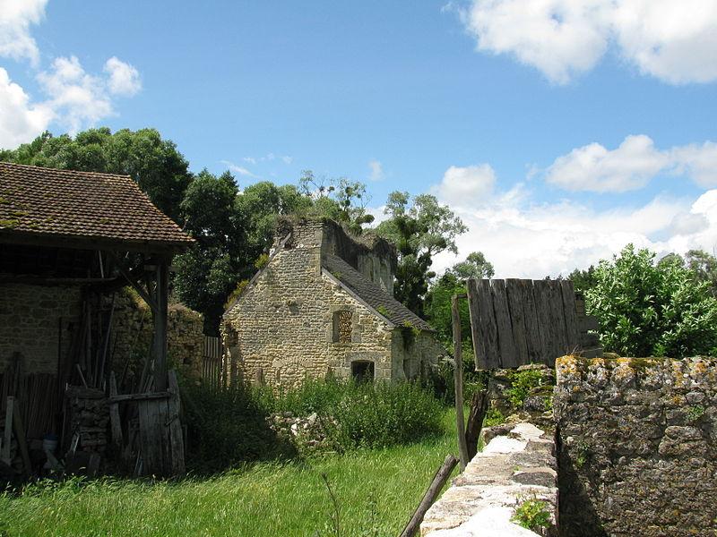 Courtine ouest, percée de cinq baies du XVe s, de l'ancien château de Bulcy, Nièvre, France.