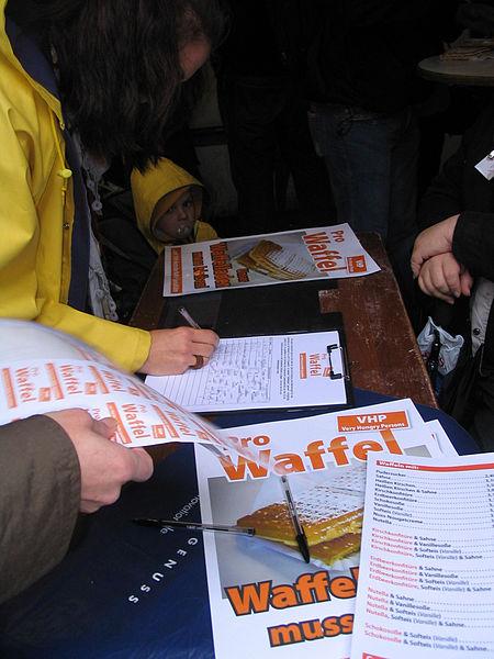 File:Düsseldorfer Waffel-Flashmob Juni 2011 a.jpg