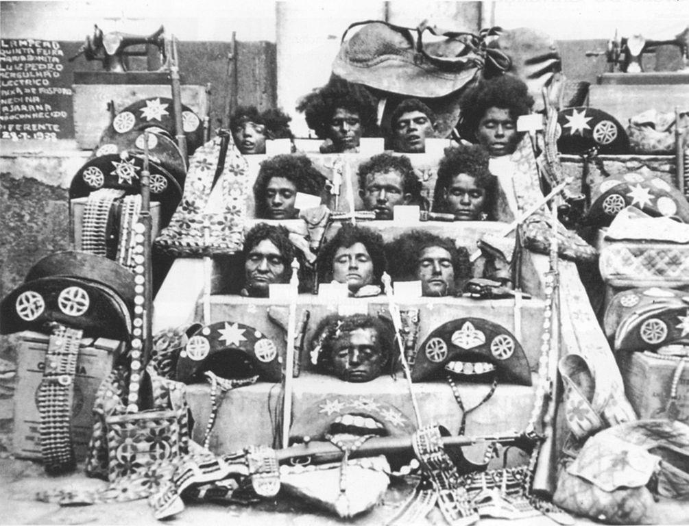 Uitstalling van hoofden van de bende van Lampião. Bron Wikipedia: https://en.wikipedia.org/wiki/Lampi%C3%A3o