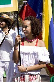 Улыбающаяся женщина держит знамя