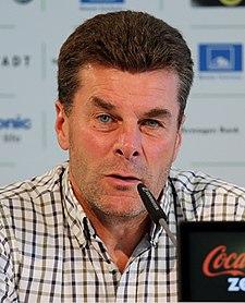 Dieter Hecking - Pressekonferenz zur Vorstellung von Luiz Gustavo 2013 (cropped)