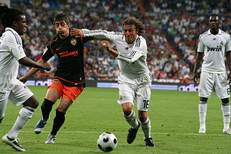 Gabriel Heinze - Heinze playing with Real Madrid against Valencia in 2009