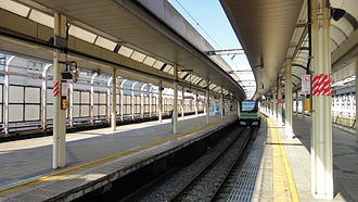 Sakuragichō Station - The view from the south end of platforms 1 and 2, with a Yokohama Line E233-6000 series EMU awaiting departure from platform 3, January 2015
