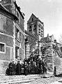 Eglise Notre-Dame - Vue générale du clocher, côté sud-ouest. Groupe de villageois posant - Auvers-sur-Oise - Médiathèque de l'architecture et du patrimoine - APMH00016276.jpg