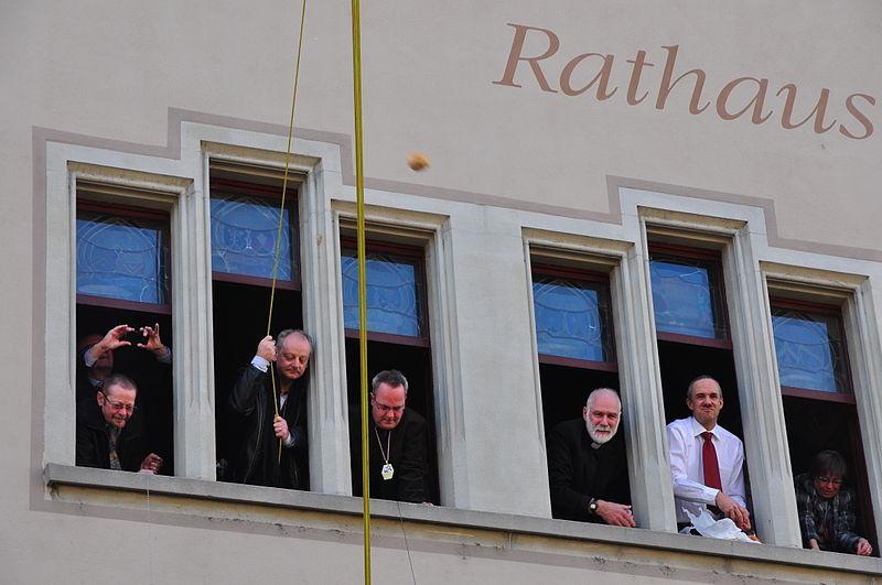 File:Eis-zwei-Geissebei (2012) - Rathaus Rapperswil - Hauptplatz 2012-02-21 15-21-06.JPG
