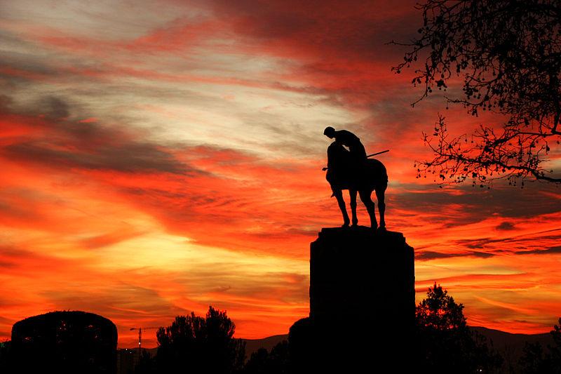 File:Estàtua eqüestre de Sant Jordi durant la posta de Sol.jpg