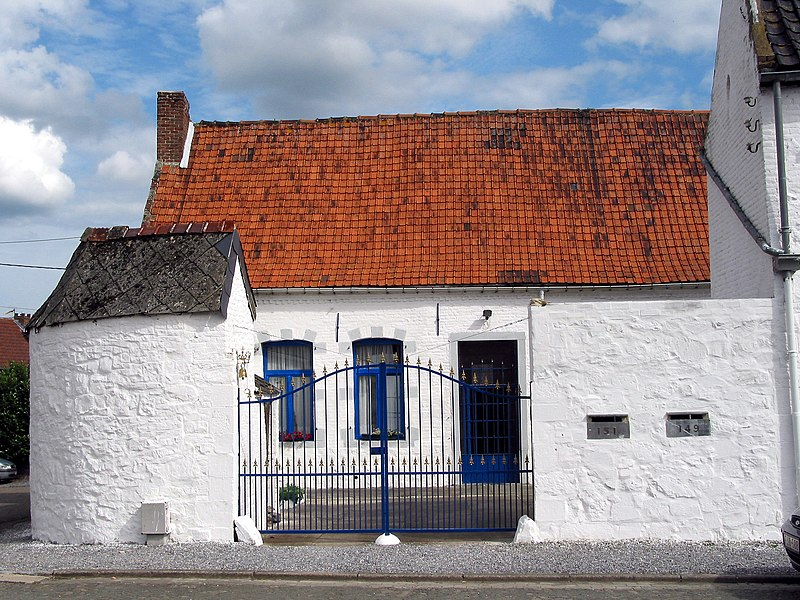Estinnes-au-Val  (Belgium), rue Grande 149-151 – Ancient house with enclosed court (XVIIIth century).