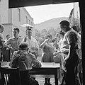 Feestgangers bij de ingang van een wijnbedrijf, Bestanddeelnr 254-3898.jpg