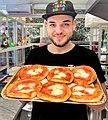 Foto di Giuseppe con pizzette di Moccia.jpg