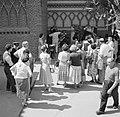 Fotograaf insceneert de foto van een stel voor een groep toekijkers, Bestanddeelnr 254-0749.jpg