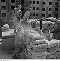 Fotothek df ps 0000299 Bauarbeiter entladen Zementsäcke vom Lastkraftwagen.jpg
