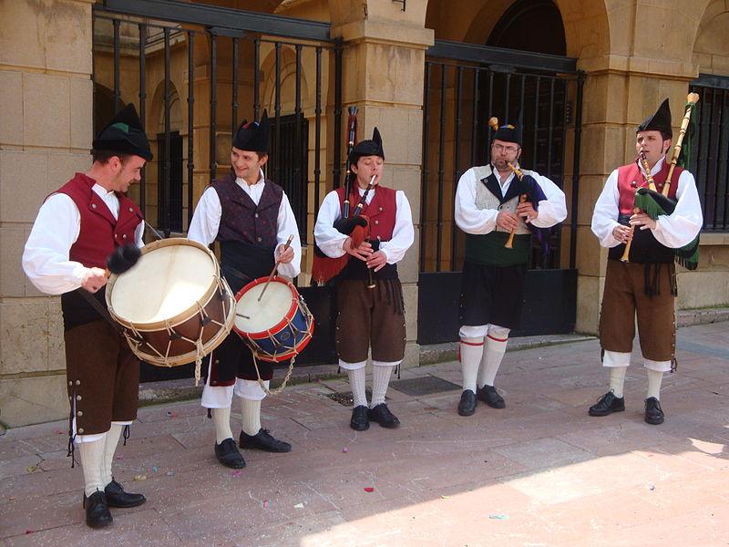 Gaiteros, amenizando una boda en Oviedo.