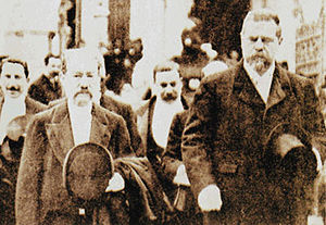 Germán Riesco - President Riesco, accompanied by Abdon Cifuentes, leaves congress (1906)