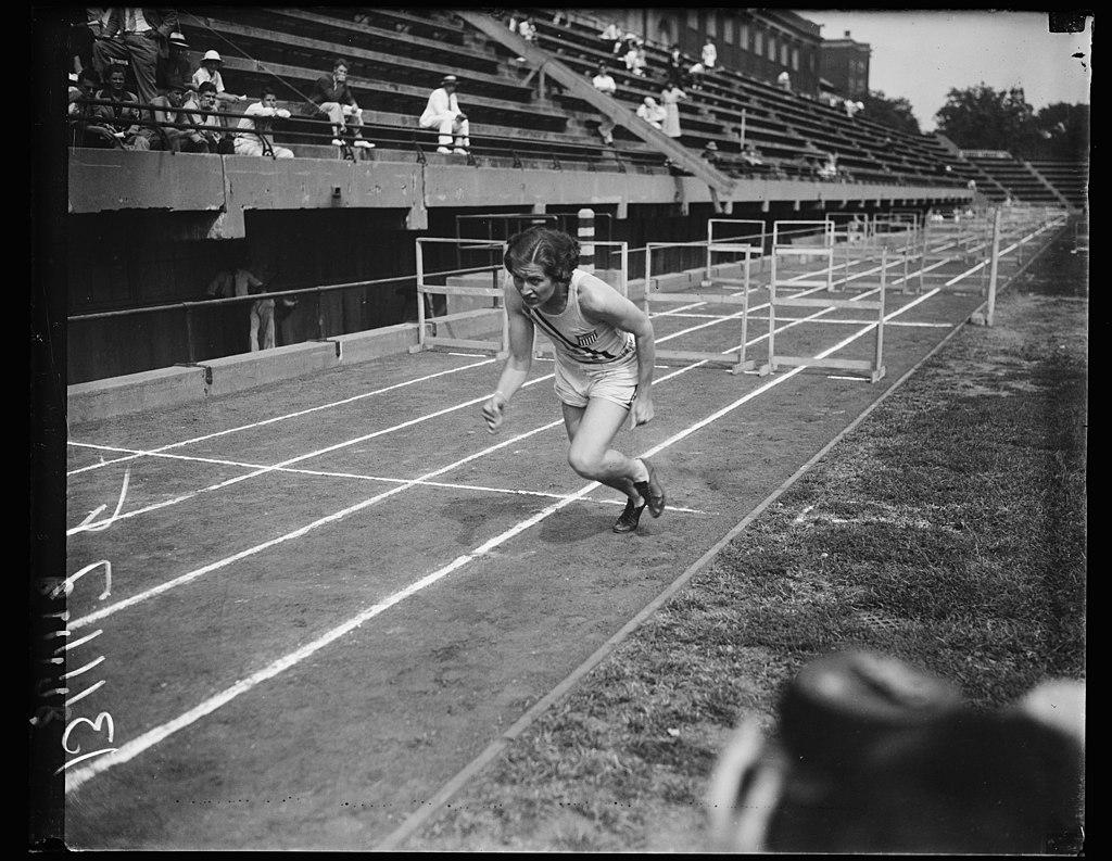 Helen Stephens en acción, Washington, DC, el 12 de septiembre. La foto muestra a Helen Stephens, la campeona olímpica en acción. El campeón de 18 años intentó romper el récord de 200 metros LCCN2016878464.jpg