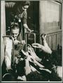 Janio Quadros distribui vassourinhas em campanha 1960.png