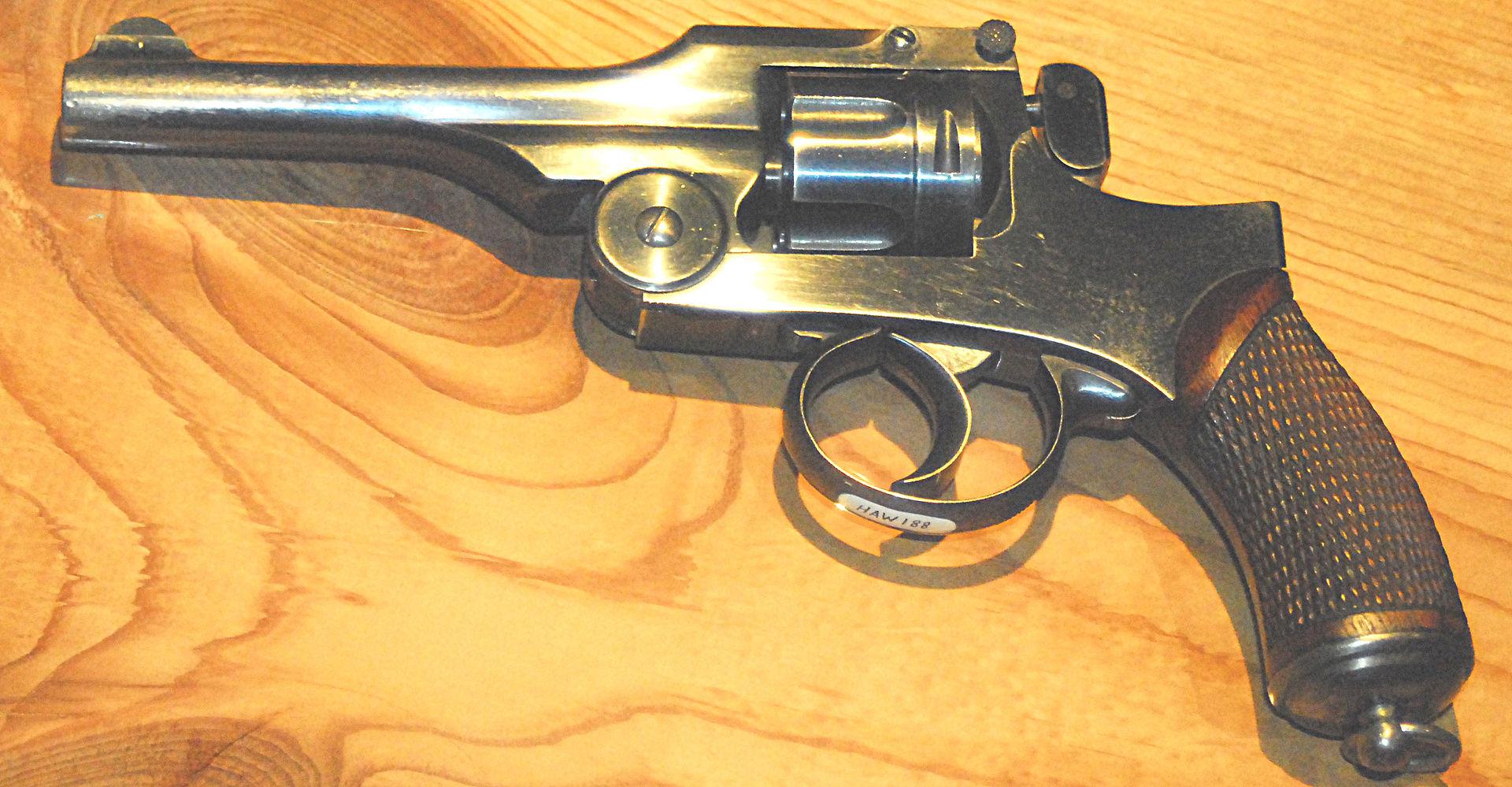 Japan Type 26 9mm pistol.jpg