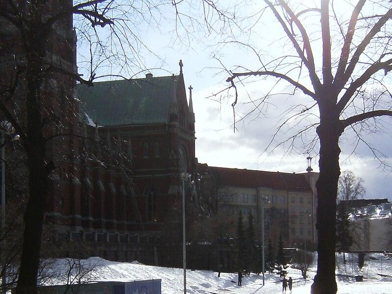 File:Johanneksen kirkko puisto 210309.jpg