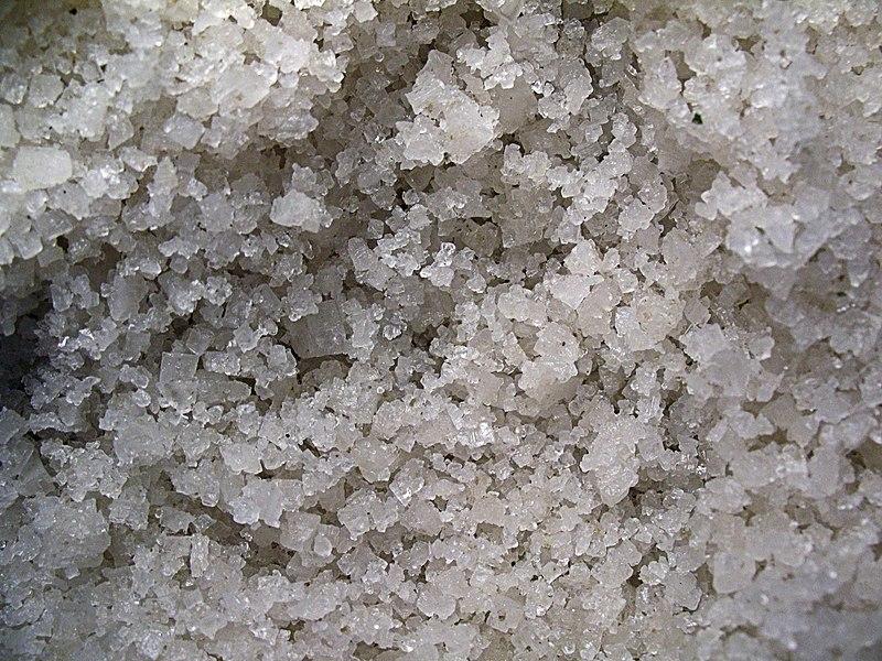 """""""Körniges Salz"""" von Richard Huber - Eigenes Werk. Lizenziert unter CC BY-SA 3.0 über Wikimedia Commons - https://commons.wikimedia.org/wiki/File:K%C3%B6rniges_Salz.JPG#/media/File:K%C3%B6rniges_Salz.JPG"""