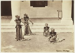 KITLV 3906 - Kassian Céphas - Serimpi of the sultan of Yogyakarta perform a dance called Djemparing with Dewi Dewi Soedara Werti and Sertoe Pelaheli - Around 1885.tif