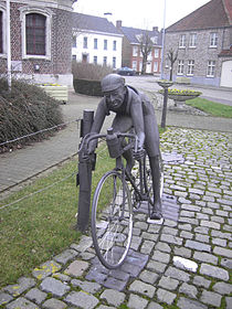 Kanegem (Tielt) - Briek Schotte aan de kerk van Kanegem.jpg