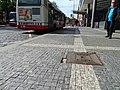 Karlovo náměstí, narušená dlažba v autobusové zastávce (01).jpg