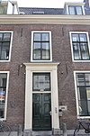foto van Herenhuis met rechte kroonlijst en terzijde van deur 2 vensters