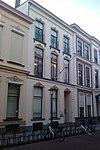 foto van Pand dat onderdeel vormt van een in het derde kwart van de 19e eeuw als een symmetrisch geheel ontworpen straatwand