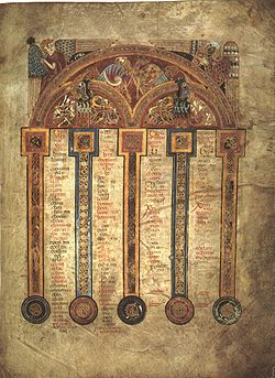 Le folio 5r est l'une des pages dédiées aux tables canoniques d'Eusèbe de Césarée.