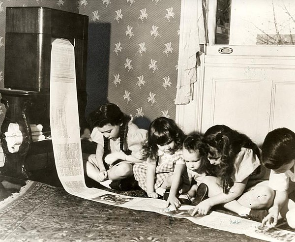 Children read a wirelessly-transmitted newspaper in 1938. Krant per fax - Faxed newspaper (4193509648).jpg