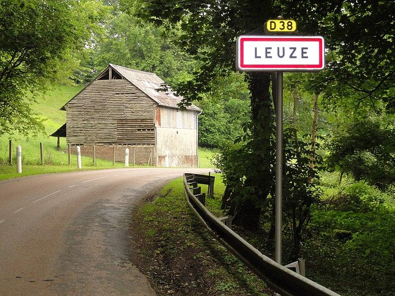 Leuze (Aisne) city limit sign