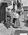 Lou Bandy 19 april 65 jaar. Voor zijn Hotel-Restaurant Lion d'Or aan de Kruisstr, Bestanddeelnr 907-0807.jpg