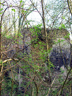 Lucheux - Image: Lucheux château (tour ronde bordant fossé) 1