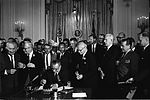 Lyndon Johnson signe la loi droits civiques en compagnie de Martin Luther King.