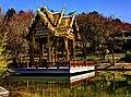 München, Westpark, Thailändische Sala mit Buddha-Statue (8651034947).jpg