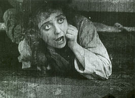 Mabel Normand in een scène uit de film
