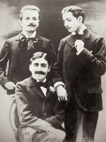 Фотография, шокировавшая мать Пруста: Марсель Пруст (сидит), Роберт де Флер (слева) и Люсьен Доде(англ.) (справа), ок. 1894 года.