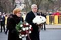 Ministru prezidents Valdis Dombrovskis piedalās ziedu nolikšanas ceremonijā pie Brīvības pieminekļa (8194926305).jpg