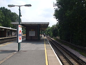 Moor Park tube station - Image: Moor Park stn northbound fast looking south